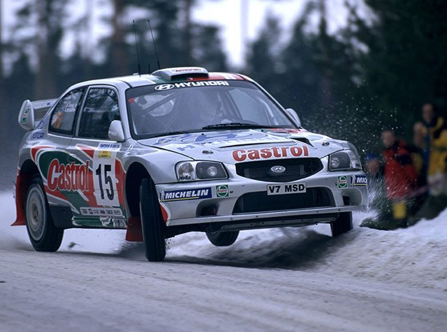 źródło: https://www.carmrades-blog.com/all-articles/2017/12/8/stage-fright-2000-hyundai-accent-wrc2000