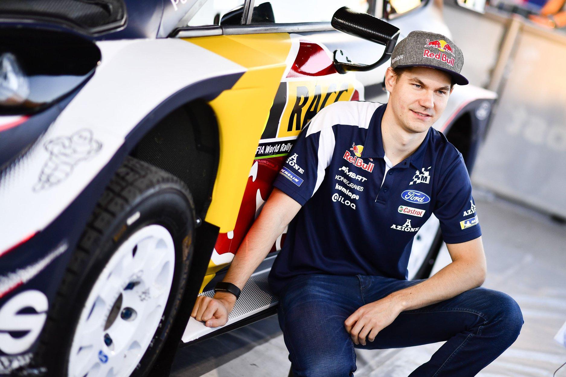 źródło: fb/M-Sport  |  Teemu Suninen pozujący na tle Fiesty WRC