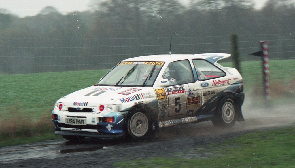 źródło: rallysprott | Miki Biasion przedziera się przez brytyjskie błoto w 1994r.