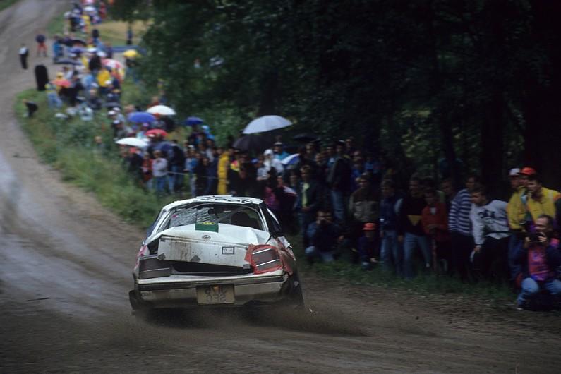 źródło: autosport.com | Colin w swoim pogiętym Legacy podczas Rajdu Finlandii